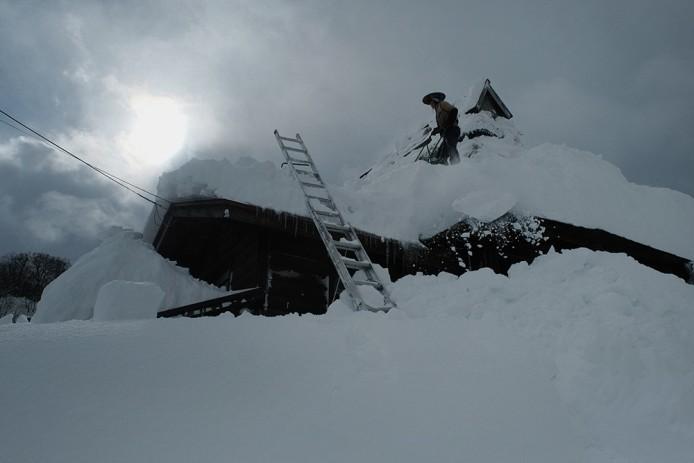 1月15日茅葺き屋根の上で